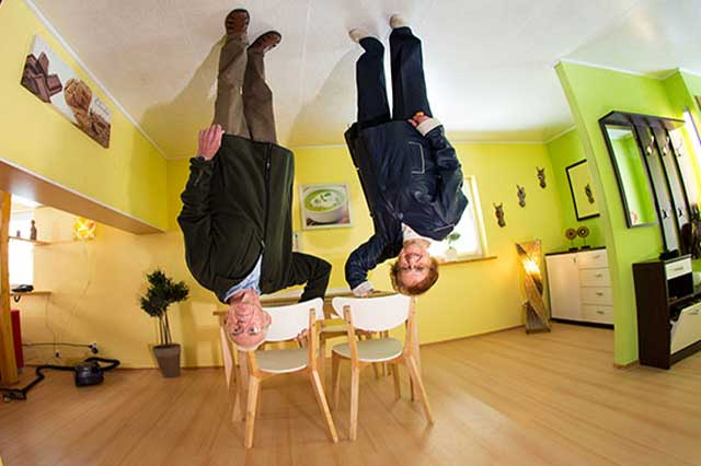ber uns welt steht kopf haus steht kopf. Black Bedroom Furniture Sets. Home Design Ideas